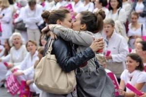 La Francia dice sì alle nozze e alle adozioni per le coppie dello stesso sesso